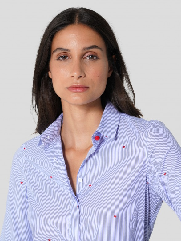 Camisa de rayas con corazones bordados
