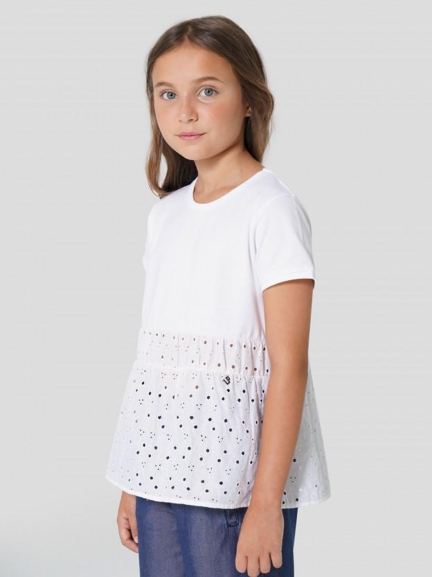 T-Shirt combinada com bordado inglês