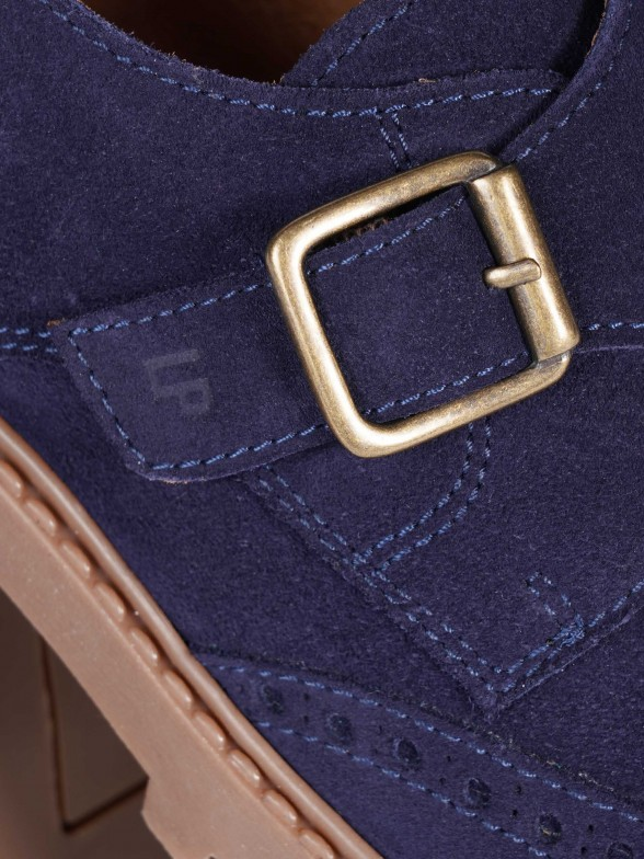Sapato com fivela