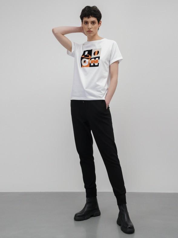 T-shirt branca com estampado gráfico