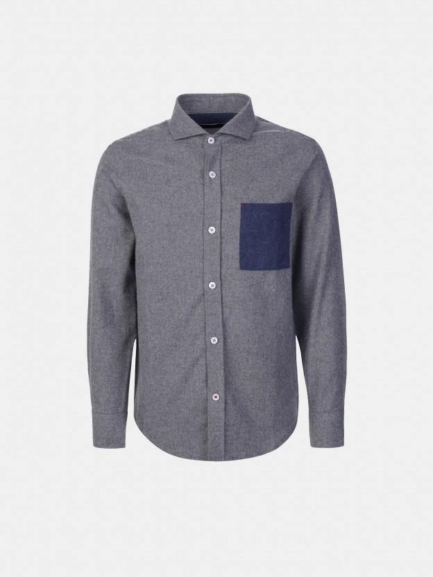 Camisa com bolso em contraste