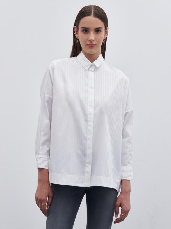 Camisa branca com detalhe de nervuras