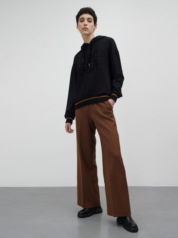 Relaxed fit pants with elastic on the waistband