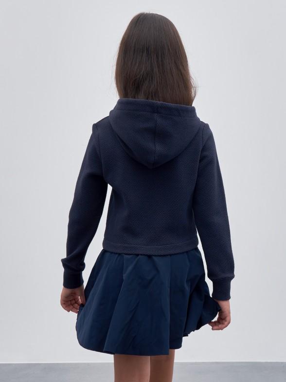 Vestido combinado com capuz