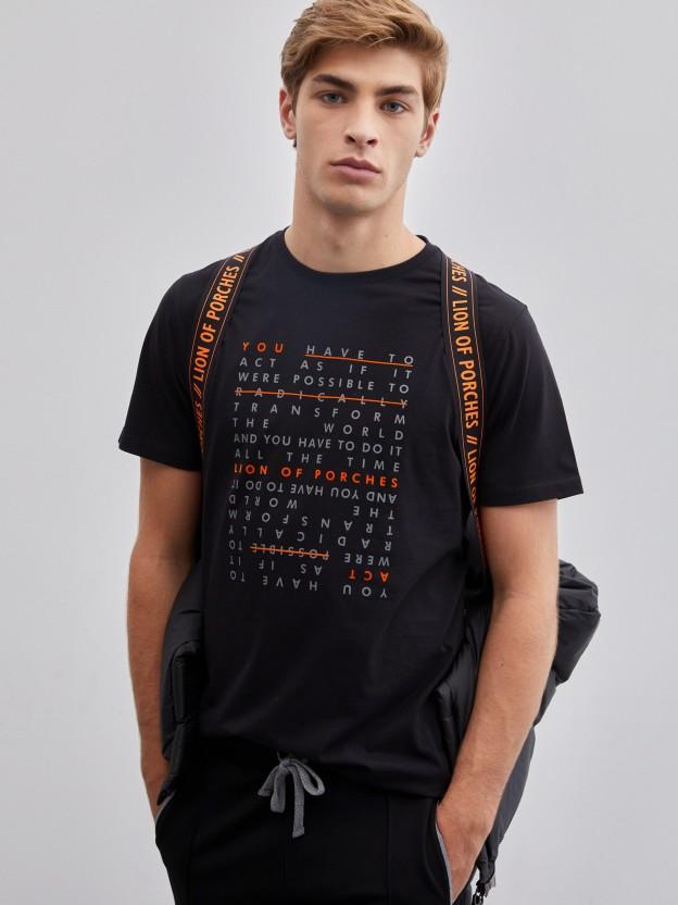 Camiseta negra con mensaje estampado